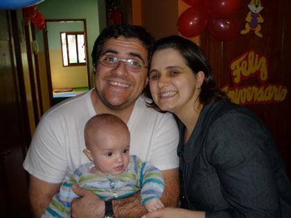 Papai, mamãe e filhinho na festinha da escola