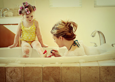 mãe e filha no banheiro